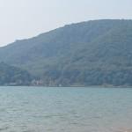 La plage, avec des deux côtés la montagne