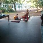 Au retour un moine lave les pieds du Maître