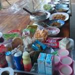 La nourriture est déposée dans les assietters
