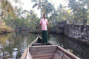 Notre guide et rameur dans les backwaters